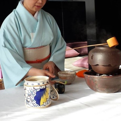japanese tea making Preparing tea preparing tea is an exercise in simplicity that, to paraphrase the words of the japanese tea master sen no rikyu, consists of nothing but boiling water, making the tea, and serving.